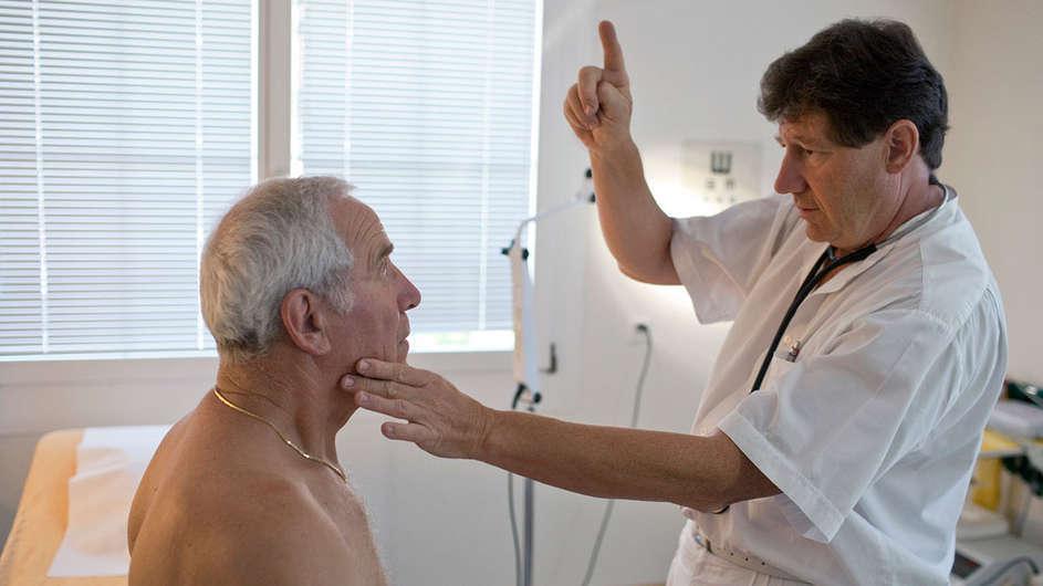 Но фото изображен пожилой водитель и врач, проверяющий его здоровье во время медкомиссии.